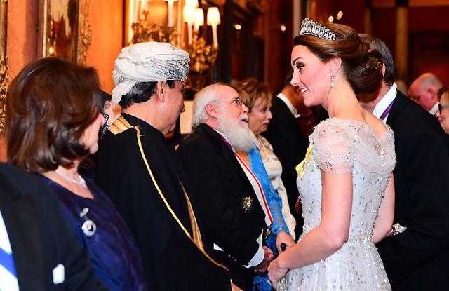 Bộ váy của Kate được cho là trang phục mới bổ sung vào tủ quần áo của cô sau một thời gian dài thường xuyên mặc lại váy cũ.