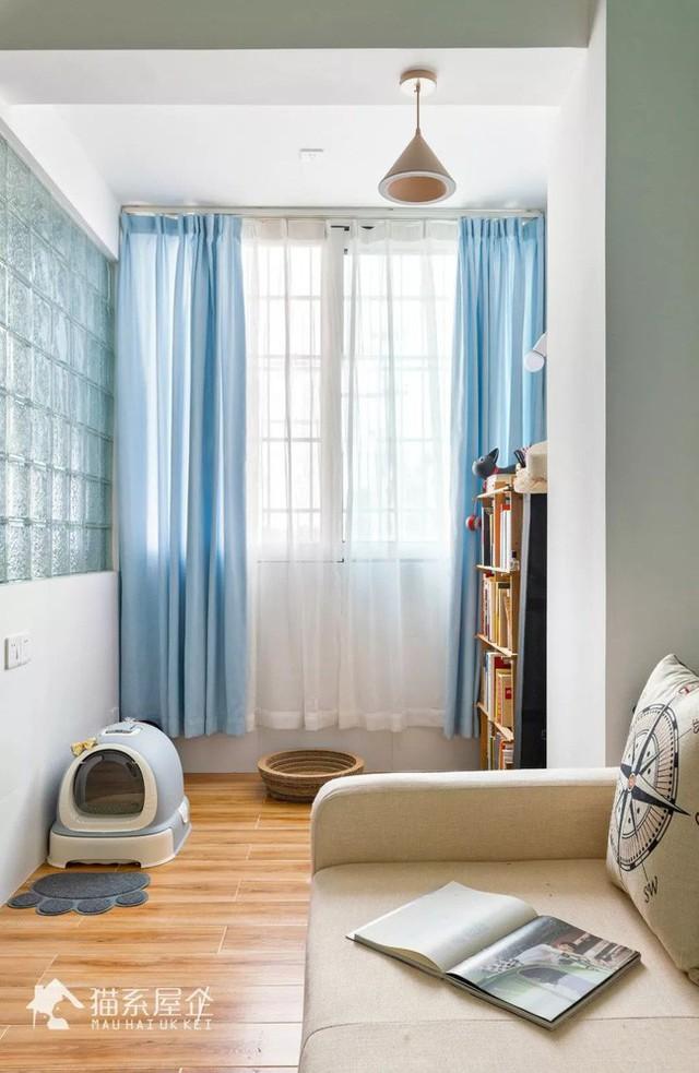 Gam xanh nhạt được kết nối liền mạch với không gian nhờ khéo léo décor cho tủ bếp và rèm.