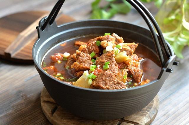 Món canh thịt bò thơm ngon, nước dùng đậm đà thơm nức mũi cực hợp để thêm vào thực đơn cơm tối những ngày tiết trời se lạnh như thế này.