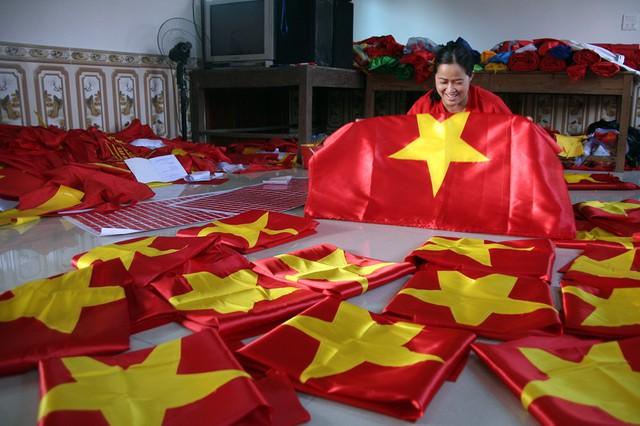 Cờ Tổ quốc được sản xuất hàng loạt để phục vụ người hâm mộ đội tuyển Việt Nam.