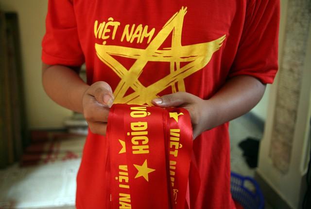 """""""Mỗi bó được xếp 100 chiếc và giao đến tay những tiểu thương, cửa hàng phục vụ người hâm mộ"""", chị Nhung cho hay."""