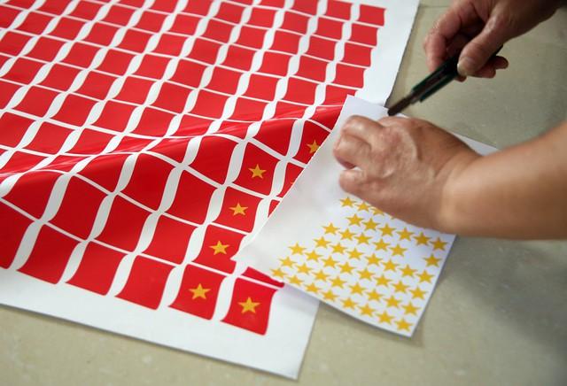Riêng những miếng dán mặt sau khi đưa từ máy cắt ra sẽ đính thêm ngôi sao màu đỏ ở giữa.