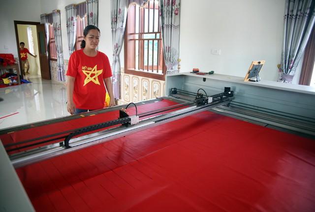 Chị Nhung cho biết, khoảng 1 tuần trở lại đây gia đình phải thuê 10 nhân công và làm việc xuyên suốt từ 6h sáng đến gần 2h đêm.