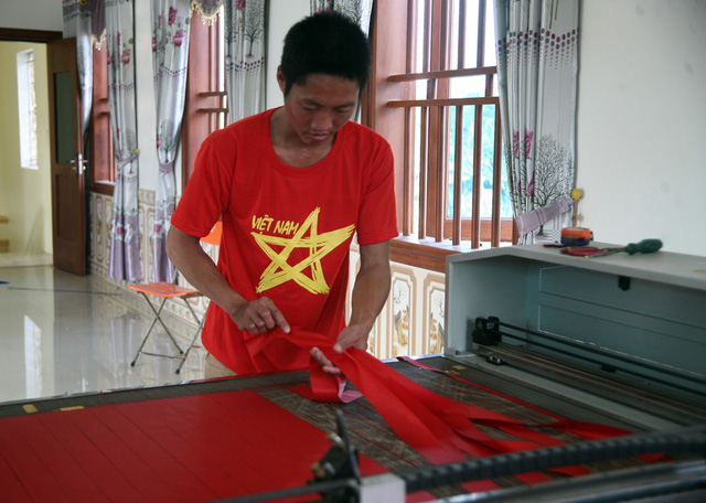 Máy cắt được gia đình đầu tư 160 triệu đồng phục vụ việc định hình lá cờ, băng-rôn…