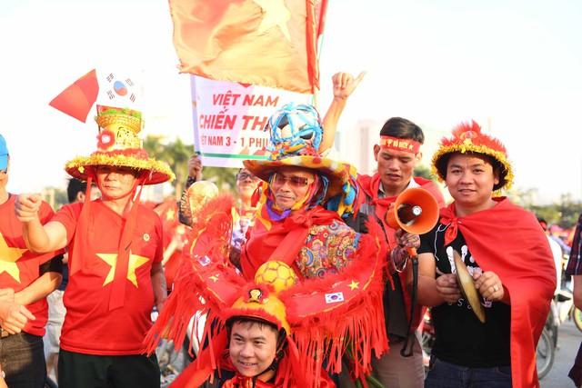 Người hâm mộ bóng đá sẽ được phục vụ tận tình theo tiêu chuẩn 4 sao quốc tế của tàu bay Vietnam Airlines.
