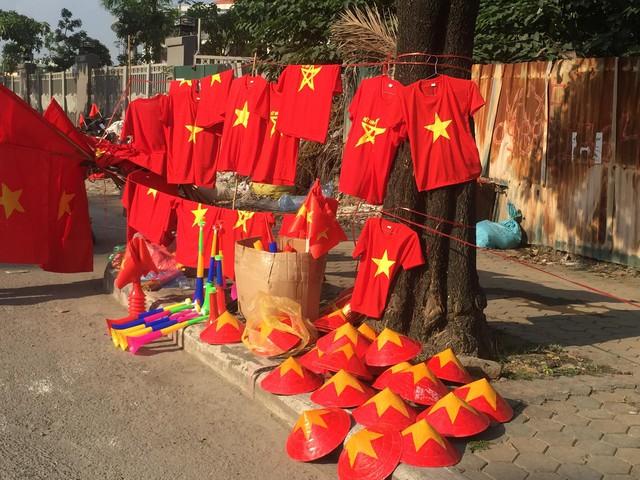 Giá của các sản phẩm mũ, nón, áo đỏ sao vàng cũng phong phú tùy từng địa điểm bán.