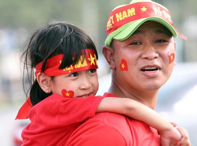 """Một ông bố đã đưa con gái mình đến SVĐ rất sớm và cho biết: """"Cả nhà tôi đã sắp xếp để có mặt tại SVĐ để ủng hộ các cầu thủ""""."""