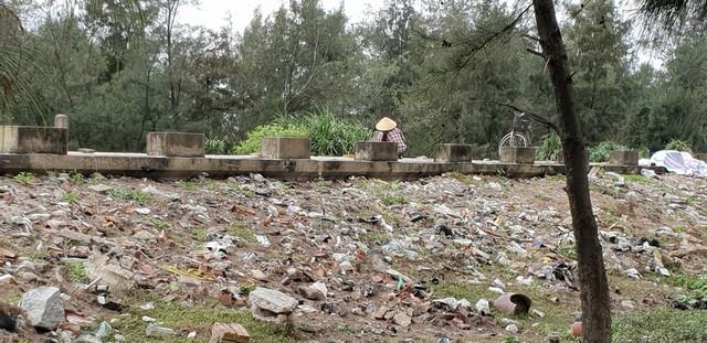 Ngư dân vô tư phơi tép mặc dù cạnh bên là bãi rác thải