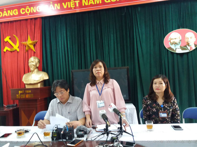 Lãnh đạo trường Tiểu học Quang Trung thông tin về sự việc vào sáng 6/12. Ảnh: Q.A