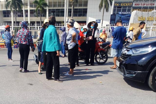 Một khoảnh chợ vé trước cổng sân vận động Mỹ Đình.