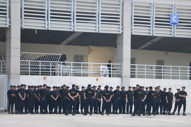 Bảo vệ mặc đồng phục màu đen cũng tham gia bảo vệ an ninh khu vực sân Mỹ Đình