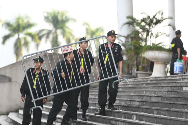 Hàng rào an ninh được dưng lên để đảm bảo cho trận đấu.
