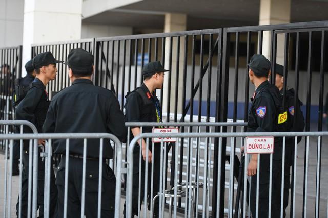 Cổ động viên phải qua 3 lớp kiểm tra mới có thể vào trong sân Mỹ Đình cổ vũ đội tuyển Việt Nam.