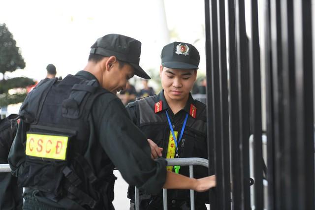 Cảnh sát cơ động có mặt từ sớm lập hàng rào sắt thắt chặt an ninh.