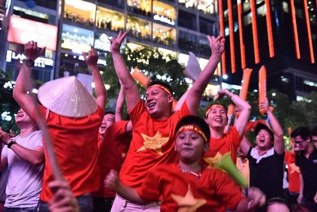 Người Hải Phòng cũng đổ xuống đường để ăn mừng chiến thắng của đội tuyển nước nhà. Ảnh: Tuấn Hùng