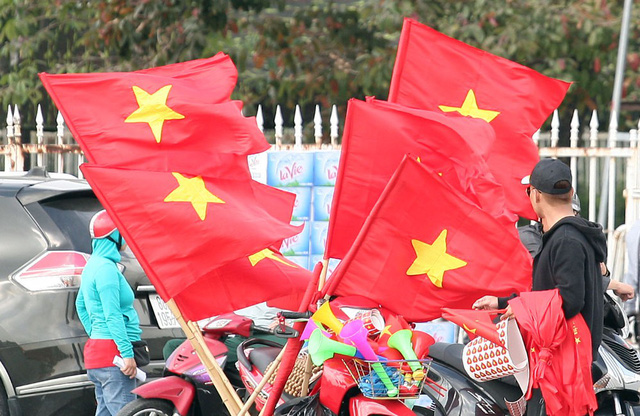Trước SVĐ nhiều người cũng mang cờ, băng-rôn bán.