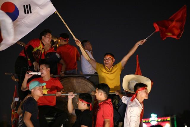 Cờ Việt Nam và cờ Hàn Quốc tung bay sau chiến thắng của đội tuyển Việt Nam.