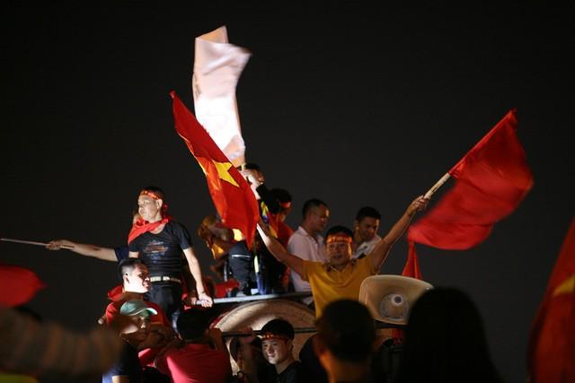 Muôn cách thể hiện niềm vui khôn xiết sau chiến thắng thuyết phục của đội tuyển Việt Nam.