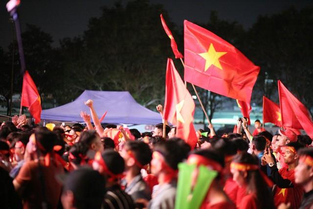 Cờ tổ quốc tung bay trong bầu không khí vui tươi và tràn đầy hy vọng Việt Nam vô địch.