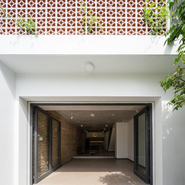 Ngôi nhà nằm trên một khu đất có kích thước 5 x 17, nhưng được chừa ra 2,5 m để làm sân vườn, vừa giúp nhà thoáng mát, vừa đảm bảo quy định xây dựng ở khu vực.
