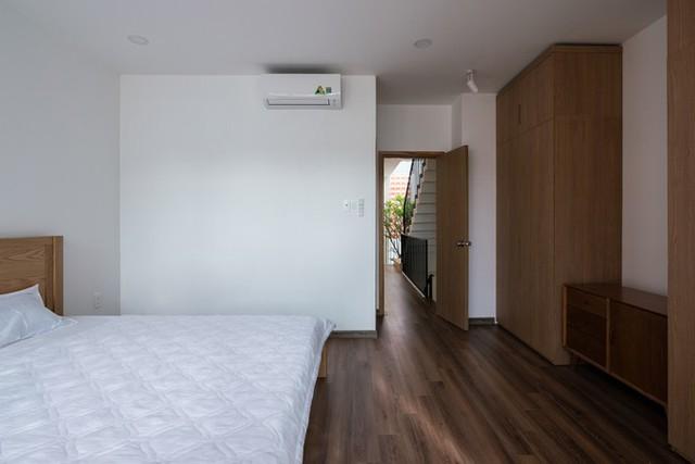 Thiết kế ngôi nhà đề cao sự giản dị, mộc mạc, với tông màu trắng, xám và nâu.