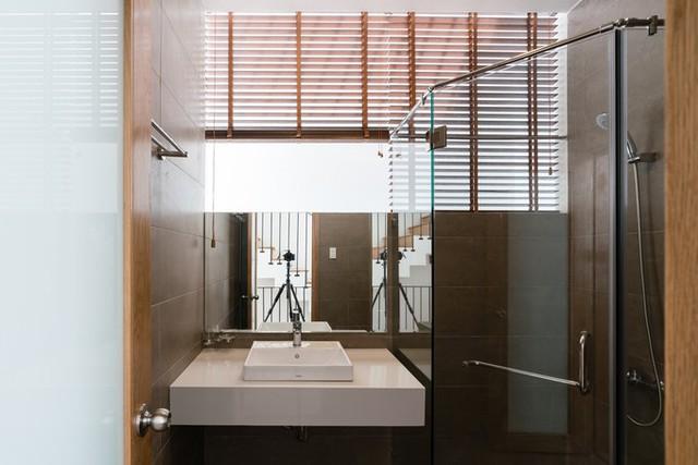 Nhà vệ sinh thông thoáng và ngập tràn ánh sáng tự nhiên.