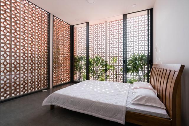 Với những ngôi nhà ở vùng nhiệt đới, để chống nắng, người ta thường sử dụng gạch thông gió hoặc lam. So với lam gỗ thì gạch thông gió rẻ hơn, dễ kiếm hơn. Ngoài ra, với căn phòng này, gạch thông gió còn có chức năng thay khung bảo vệ cho cửa kính.