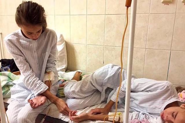 Cặp song sinh đang được điều trị tại một bệnh viện ở thành phố Moskva. Ảnh: East2west.