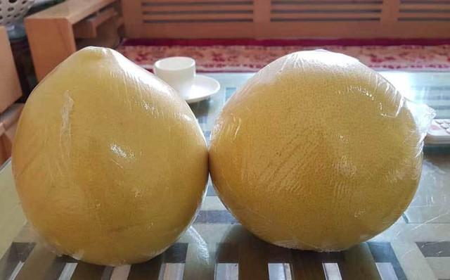 Bưởi Trung Quốc thường được bọc lớp nilon mỏng bên ngoài