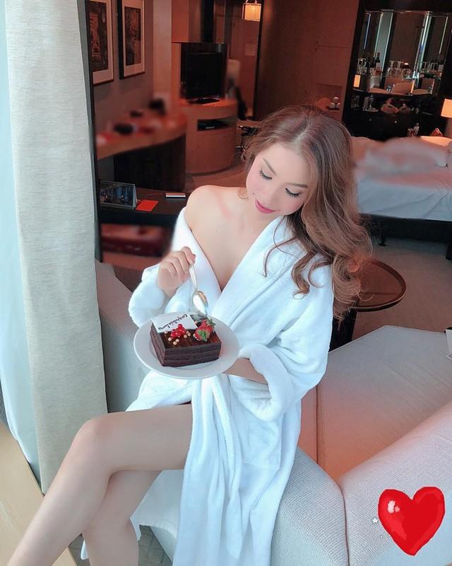 Với đặc thù công việc, mỹ nhân Việt đều được bố trí ở khách sạn hạng sang. Từ đó, những bức ảnh gợi cảm đã ra đời. Trong ảnh, Phạm Hương chia sẻ bức ảnh gợi cảm ngồi ăn bánh ngọt trong một khách sạn ở Dubai khi đến đây công tác.