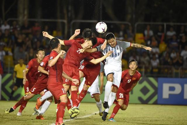 Carli De Murga (áo trắng) trong trận lượt đi với tuyển Việt Nam