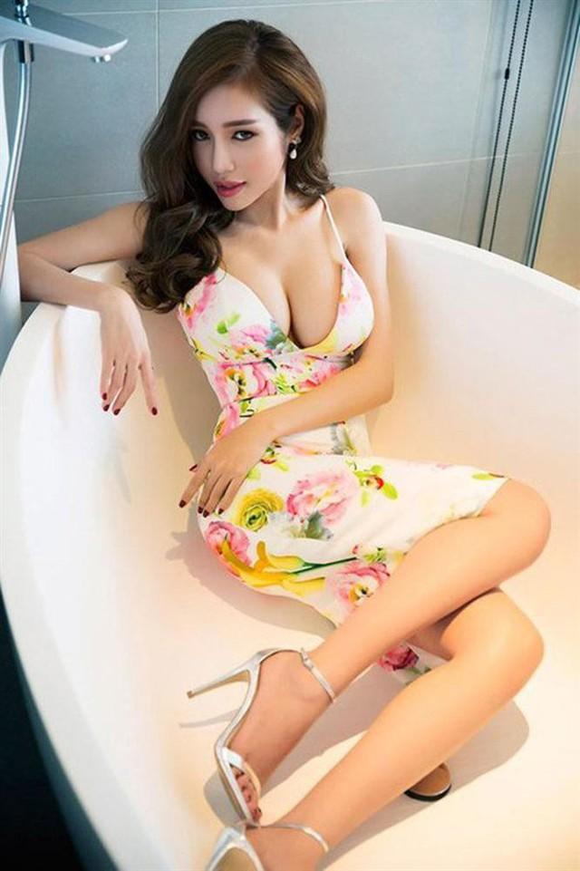 Và có lẽ trường hợp gây bất ngờ nhất là Elly Trần, dù thường ngày luôn diện bikini sexy xẻ cao tít tắp hay hở đến táo bạo thì trong bức ảnh này, cô nàng vẫn kín đáo hơn cả khi diện nguyên bộ đầm khoét sâu nhằm khoe vòng 1 không đối thủ.
