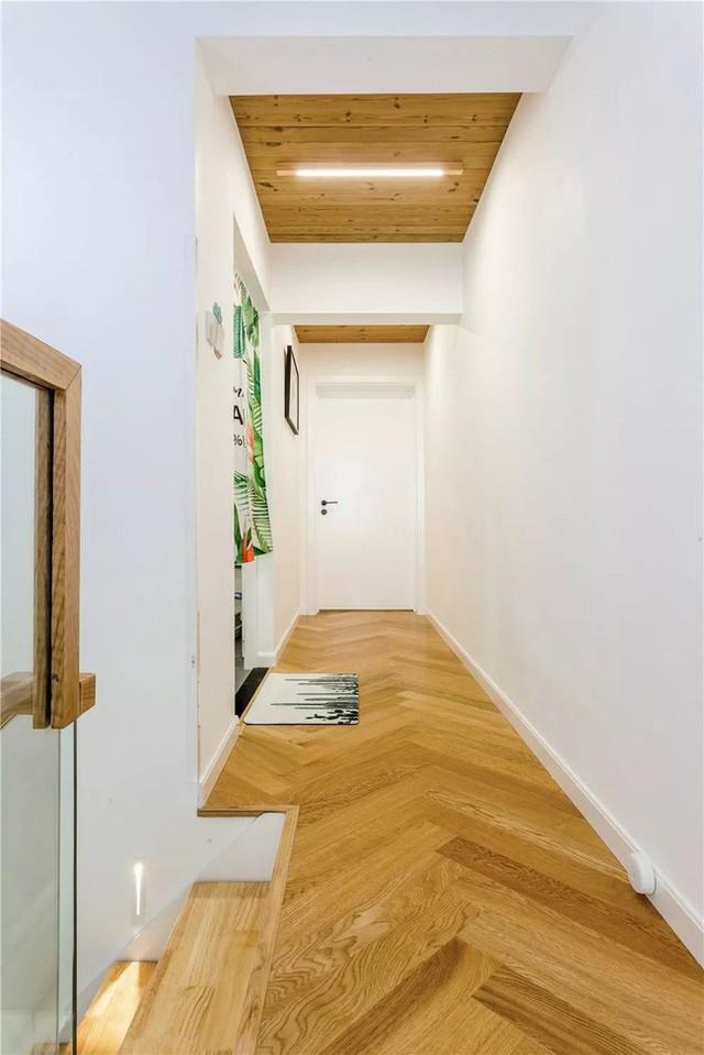 Ở tầng hai, ngoại trừ đèn cầu thang làm bằng gỗ có hình dạng rãnh, chủ nhà khéo léo thiết kế cả dải ánh sáng.