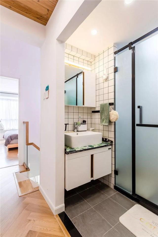 Phòng tắm được tách làm 3, đáp ứng 3 chức năng khác nhau. Vòi tắm hoa sen, nhà vệ sinh và bồn rửa được sử dụng độc lập.