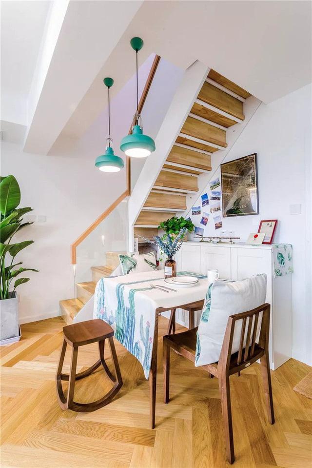 Không gian bên dưới gầm cầu thang được tận dụng để làm nơi bài trí hấp dẫn. Không gian nhỏ này tương đối đơn giản. Màu gỗ phù hợp với màu xanh tươi của cây cối, đem lại tầm nhìn thoải mái. Ghế được sử dụng mang lại hiệu ứng sống động và sang trọng.