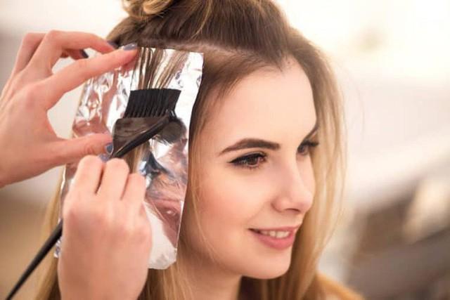 Trong thuốc nhuộm thường chứa nhiều thành phần hóa chất, là nguyên nhân khiến tóc gặp nhiều vấn đề.