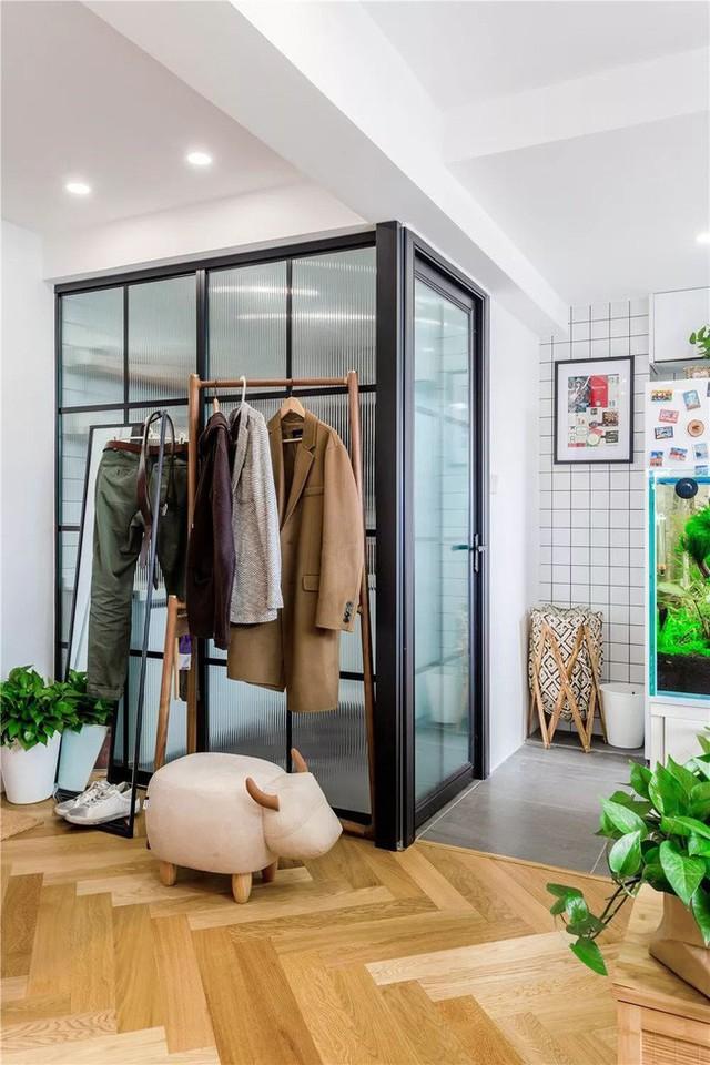 Khung cửa kiểu Trung đặc trưng với kính khung đen. Không ảnh hưởng đến lượng ánh sáng vào phòng, sắc màu này còn đảm bảo độ đẹp và cả sự riêng tư.