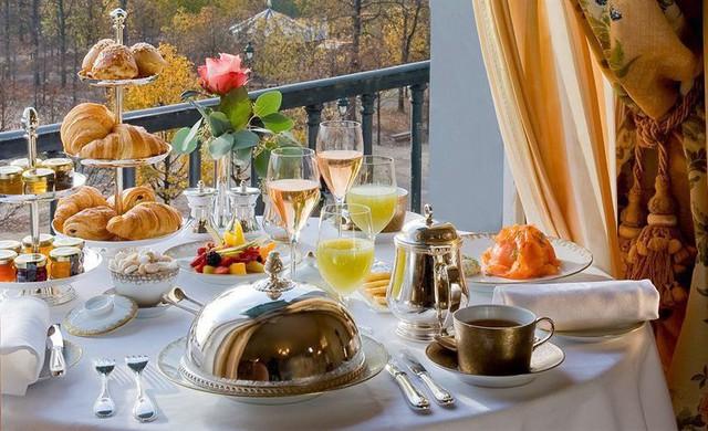 Tại Paris, chi phí trung bình để ăn một bữa ở Le Meurice là 500 USD