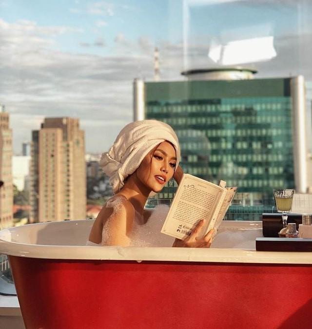 Lan Khuê quấn tóc và đọc sách trong khi ngâm mình trong bồn tắm. Chân dài có vẻ kín đáo khi diện khăn tắm cũng như ý nhị che giấu cơ thể bằng bọt xà phòng để không rơi vào tình cảnh hớ hênh.