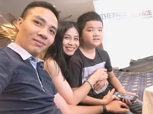 Hoàng Linh từng chia sẻ câu chuyện khá thú vị khi cách đây 10 năm, cô cùng đồng nghiệp lặn lội về dự đám cưới Mạnh Hùng.