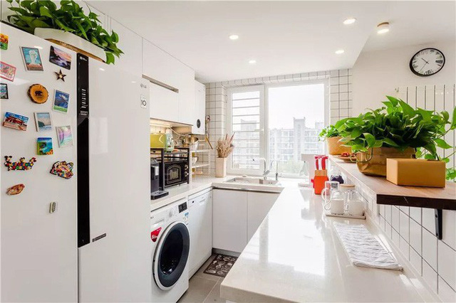 Khu vực nhà bếp kiểu phương Tây cần đặt nhiều thiết bị hơn với tủ chữ U tăng lưu trữ. Máy pha cà phê, lò nướng bánh, lò vi sóng đều được đặt trên bàn.