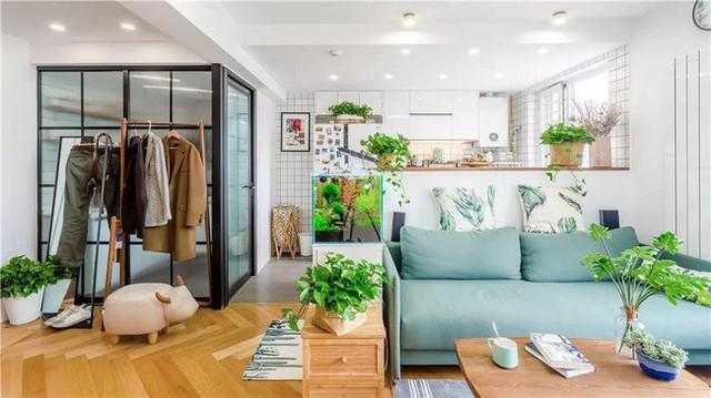 Để tiết kiệm không gian, ghế sofa được thiết kế riêng với các cạnh hẹp. Tủ tùy chỉnh một bên cạnh ghế sofa. Từ đây không thể nhìn thấy toàn bộ phòng khách.