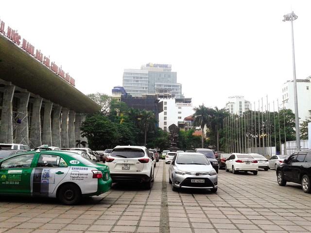 Ô tô đỗ tràn lan tại Cung văn hóa Hữu nghị Việt – Xô. Ảnh: PV