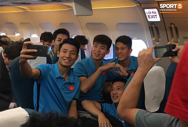 Ba trung vệ Duy Mạnh, Đình Trọng và Tiến Dũng vui vẻ trước khi máy bay cất cánh. Ảnh: Hiếu Lương