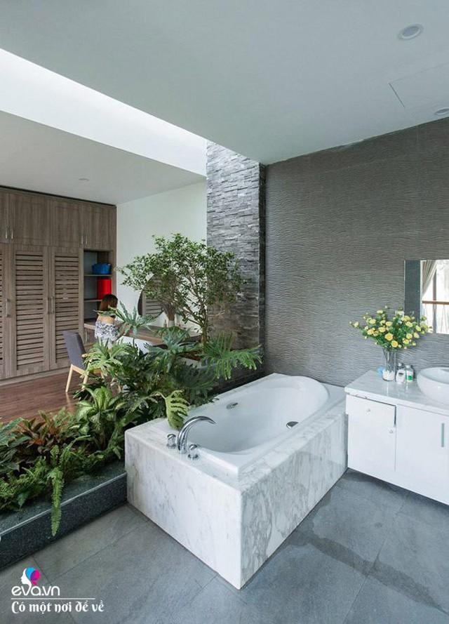 Khu vực bồn tắm ấn tượng như ở giữa thiên nhiên.