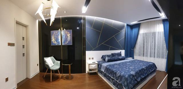 Không gian phòng ngủ được chọn màu xanh biển làm màu nhấn.