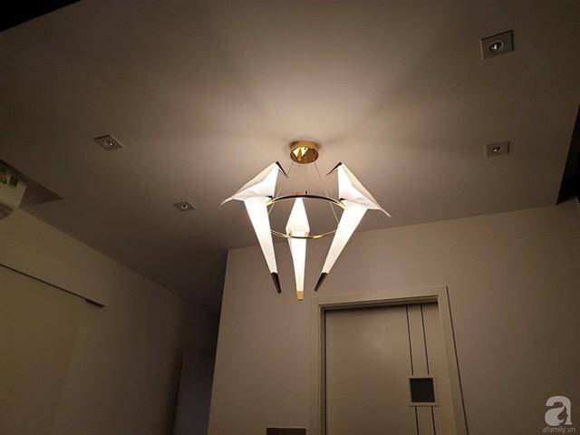 Chiếc đèn chùm phía trên được thiết kế đơn giản.