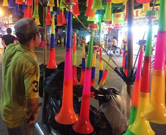 Các loại kèn nhựa cổ vũ bóng đá có giá từ 30.000 – 50.000 đồng/chiếc.