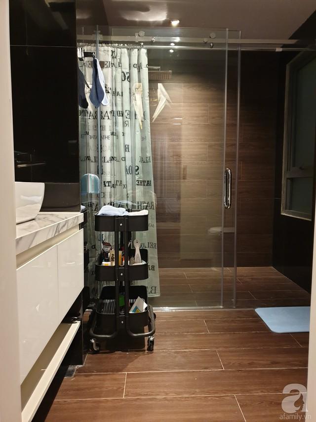 Phòng tắm với tông màu ấm cúng cùng thiết bị hiện đại.