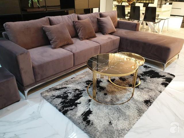 Chiếc bàn mang chút hơi hướng cổ điển, sang trọng làm điểm nhấn cho căn phòng trang trí theo phong cách hiện đại.